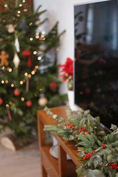 En este post te cuento cómo hacer una guirnalda de navidad natural en pocos pasos para decorar tu casa en estas fechas por muy poco dinero. Navidad Natural, Table Decorations, Christmas, Furniture, Home Decor, House Decorations, Craft Videos, How To Make, Money