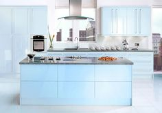 blue and green kitchen remodels   Diseño moderno de cocina con isla en color celeste.
