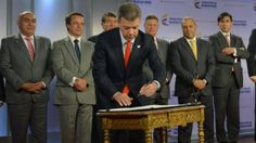 Juan Manuel Santos firmando la Ley de Inclusión Financiera en Colombia. Foto de Presidencia.