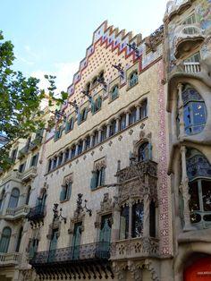 WANDERLUST: Barcelona: podziwiając architekturę dzielnicy Gràcia Barcelona, Louvre, Wanderlust, Street View, Building, Travel, Serif, Viajes, Buildings