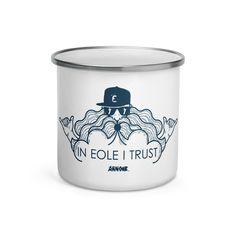 Le mug « IN EOLE I TRUST » ! Ce mug est léger, durable et multi-fonction. Tu peux l'utiliser pour tes boissons préférées ou pour un repas chaud. Sur la table de ton van, sur ton bureau ou simplement accrocher à ton sac, ce mug t'accompagnera dans toutes tes aventures ! In Eole I Trust ! Eole, Boutique, Trust Me, Shot Glass, Mugs, Tableware, Projects, Kitesurfing, Drinks