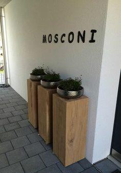 Drei Eichenholz Sockel von Solits Sockel Säule bei Eingangsbereich von buro Mosconi in der Schweiz! www.sockelundsaeulen.de