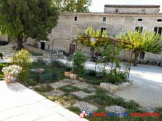 Jardin d'une propriété de caractère avec vue panoramique sur les Cévennes. Gite indépendant, dépendances, nombreuses possibilités aménagements. 2 salons, 2 salles à manger, cuisine équipée, bureau, 6 chambres, piscine couverte. #maisonMaitre #maisonGard #prestige www.partenaire-europeen.fr/Annonces-Immobilieres/France/Languedoc-Roussillon/Gard/Vente-Propriete-F11-SAINT-PRIVAT-DE-CHAMPCLOS-1004274