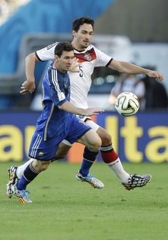 FIFA World Cup 2014 - Alemania 1 Argentina 0 (7.13.2014) - El Nuevo Herald Argentina's Lionel Messi, foreground, and Germany's Mats Hummels go for the ball during the World Cup final soccer match between Germany and Argentina at the Maracana Stadium in Rio de Janeiro, Brazil, Sunday, July 13, 2014. Victor R. Caivano / AP