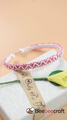 #Beebeecraft idea on making #braided friendship #bracelet with pink and white #nylonthread #jewelry #jewelrymaking #supplies Macrame Bracelet Patterns, Diy Bracelets Patterns, Yarn Bracelets, Diy Bracelets Easy, Handmade Bracelets, Diy Friendship Bracelets Tutorial, Bracelet Tutorial, Friendship Bracelet Patterns, Diy Crafts Jewelry