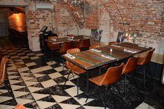 Czas na kontynuację aranżacji z wykorzystaniem naszych mebli w lokalach użytkowych. Przedstawiamy kolejny projekt eleganckiej restauracji w centrum Warszawy dla, której mieliśmy przyjemność dostarczyć #stoły, #stoliki i #krzesła. www.indianmeble.pl