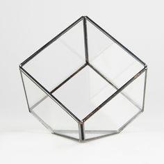 Terrario geométrico de cristal con forma de cubo.  Ideal para decorar cualquier rincón de casa o para crear un ambiente mágico en tus celebraciones o eventos. Prueba a llenarlo con flores, cactus, plantas crasas, guirnaldas de lucecitas, velas... ideal también para utilizarlo como joyero. Medidas: 17 x 15 x 10 cm* Unidades limitadas. * Fotos 3, 4 y 5 : Pinterest