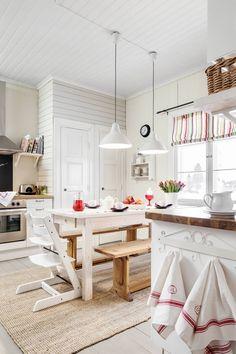 Keittiökaapistot ovat Ikeasta. Pellavaiset keittiöpyyhkeet ostettiin Fiskarsin antiikki-markkinoilta. Verho on itse tehty, ja valaisimet ovat Ikeasta.