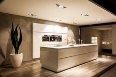 Y-line is de benaming voor de greeploze keukens van Pronorm. Bijzonder aan deze keukens is, dat de greeplijsten in dezelfde kleuren gekozen kunnen worden als de kleur van de keuken zelf. Hierdoor ontstaat, zoals u kunt zien, een zeer rustig en stijlvol beeld.Uitgevoerd met een Bora afzuigsysteem. Interior, Kitchen Remodel, Luxury Kitchen, Kitchen Remodel Small, Interior Design Trends, Kitchen Styling, Modern Kitchen Design, Apartment Kitchen, Interior Design