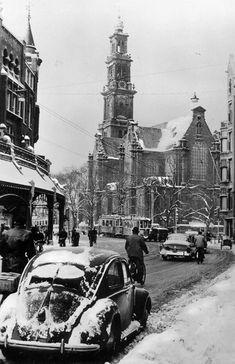 Raadhuisstraat in Amsterdam. In the background the Westerkerk. Medan, Old Pictures, Old Photos, Photos Originales, New Amsterdam, Amsterdam Photos, Vw Vintage, Vw Beetles, Netherlands