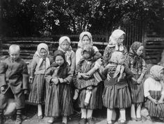 Children, customarily dressed in linen shirts. Kihnu – in the 20th century children's dress copied that of the adults. Photo by G.Ränk 1933.