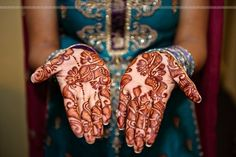 Flowers open in the hand-Indian bride beautiful hand-painted