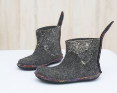 Felted booties - Black Grey Ombre Boots - Ankle boots - Womens shoes - Short boots - Womens boots - Handmade boots of high quality - Woolen boots for wearing outside These boots are felted from grey natural wool. I use just soap and warm water while felting. They are decorated with merino wool ribbons. This pair is made to order. If you wish to have something alike them, please note, they will slightly differ from the ones in the pictures. Handmade felted women boots to be worn outside…