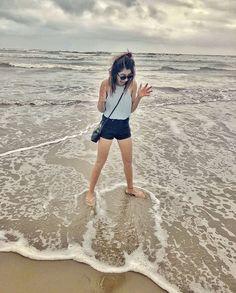 Beach Photography Poses, Fashion Photography Poses, Beach Poses, Classy Outfits, Casual Outfits, Cute Outfits, Fashion Outfits, Girl Photo Poses, Girl Poses