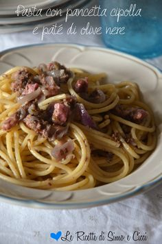 Pasta con pancetta cipolla e paté di olive nere