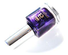 Tmavě fialová s okouzlující kovovou texturou, která odhaluje intenzivní odrazy a bohatý sametový povrch.