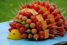 The Hedgehog aperitif for a festive buffet - Recipe by Ca bouffe un Doberman - - Cute Food, Good Food, Fruit Decorations, Edible Arrangements, Veggie Tray, Fruit Displays, Snacks Für Party, Party Trays, Parties Food