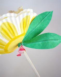 Flores feitas com forminha de docinho e pirulito: linda lembrancinha para a primavera! ~ ESPAÇO EDUCAR