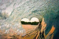 高波が生み出した、奇跡のハート。 こんな瞬間が見られたサーファーさんは、幸せですね!