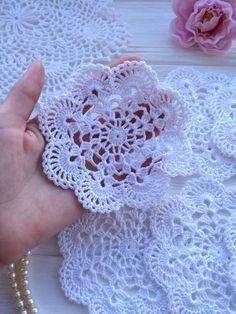 Transcendent Crochet a Solid Granny Square Ideas. Inconceivable Crochet a Solid Granny Square Ideas. Col Crochet, Crochet Puff Flower, Crochet Dollies, Crochet Flower Patterns, Thread Crochet, Crochet Motif, Crochet Designs, Easy Crochet, Crochet Flowers
