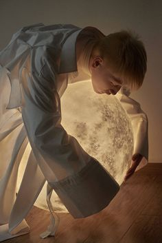 Full moon lamp is the collaboration between Acorn Studio (Luna lamp designer) and Hong Kong fashion photographer Leungmo (Leung Yat Ting). Human Poses Reference, Pose Reference Photo, Art Poses, Drawing Poses, Character Inspiration, Character Art, Image Film, Drawing People, Aesthetic Art