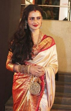 Bollywood Actresses Rekha defining the maximalist fashion through her statement Kanjeevaram and Banarasi Sari Style in events like IIFA awards and Deepika's Wedding. Beautiful Girl Indian, Beautiful Saree, Beautiful Indian Actress, Top 10 Bollywood Actress, Bollywood Celebrities, Rekha Saree, Bollywood Saree, Rekha Actress, Kanjivaram Sarees