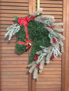 Horse head wreath with glittery gold mane accented with frosted pine and berries. Dressage Horses, Friesian Horse, Horse Head Wreath, Horse Art, Handmade Items, Handmade Gifts, Really Cool Stuff, Christmas Wreaths, Bows