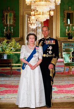 Inside Queen Elizabeth II's Royal Homes, in Honor of The Crown | Vogue Hm The Queen, Royal Queen, Her Majesty The Queen, Princess Anne, Princess Margaret, Vestidos Verde Lima, Costume Queen, Principe Henry, Prince Philip Queen Elizabeth