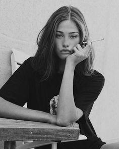 Foto Portrait, Female Portrait, Smoking Ladies, Girl Smoking, Pretty People, Beautiful People, Girls Smoking Cigarettes, Inka Williams, Cigarette Aesthetic