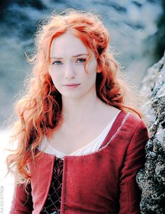 Exclusive S2 BTS pic of our lovely Demelza [x]