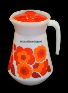 Arcopal France Lotus Schenkkan, rood / oranje  rachtige schenkkan van Arcopal France uitgevoerd in het populaire Lotus decor. Deze schenkkan is van wit melkglas (opaline) en heeft een uitbundig patroon van oranje en rode lotusbloemen. De kan komt compleet met het bijbehorende plastic deksel.  zie: http://www.retro-en-design.nl/a-43227357/arcopal-france-lotus-scania-knorr/arcopal-france-lotus-schenkkan-rood-oranje/