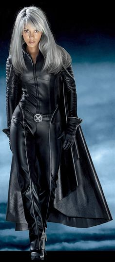 Halle Berry - I liked Storm better in the newest X-Men movie with her short hair. Halle Berry Storm, Halle Berry X Men, Halle Berry Images, Old Superheroes, Hally Berry, Storm Xmen, Jenifer Aniston, Style Outfits, Man Movies