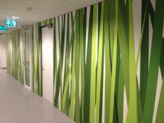 Een mooi project gerealiseerd met Alouette Digi-Touch. Een eigen ontwerp direct geprint op de panelen. De wand met een gras motief werd geplaatst in een ziekenhuis. De grassprieten reiken tot wel 3 verdiepingen hoog!