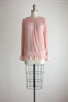 Vintage jaren 1970 ballet roze blouse met ingewikkelde vastnaaien detail en ruches op de zoom en manchetten.  nylon  buste flexibel, tot ongeveer 36 lengte 25  in uitstekende conditie     +