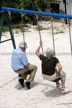 my dream is to grow old like this with the man God made for me and talk on a swing / ageless beauty and inspiration Beaux Couples, Old Couples, Elderly Couples, Forever Love, Forever Young, Grow Old With Me, Growing Old Together, Never Too Old, Lasting Love