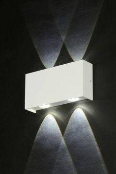 ART 71542 Een mooie wandlamp, geschikt voor zowel binnen als buiten, voorzien van LED. De vier lichtpunten geven een bijzonder mooi lichteffect op de muur. De wandlamp is gemaakt van mat wit aluminium. http://www.rietveldlicht.nl/artikel/wandlamp-71542-modern-design-aluminium-wit-mat-rechthoekig