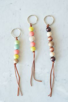 DIY Wooden Bead Keychain by Get the how-to for these cute wooden bead keychains and hundreds of other DIY ideas at The Sweetest Occasion Other Diy Ideas, Diy Jewelry, Jewelry Making, Jewelry Bracelets, Jewellery, Diy Keychain, Keychain Ideas, Diy Schmuck, Bijoux Diy