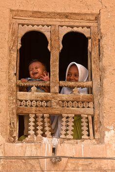 children looking out a window in Seiyun-Hadramawt-yemen
