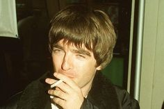 I don't believe in the world outside my room Liam Gallagher Oasis, Noel Gallagher, Oasis Band, Liam And Noel, All Goes Wrong, Britpop, Great British, Aaliyah, Playing Guitar