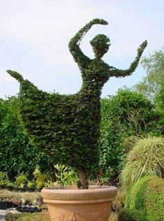Pretty Up Your Backyard Designs with Topiary Art Adding Gorgeous Garden… Topiary Plants, Topiary Garden, Garden Art, Topiaries, Garden Gnomes, Modern Backyard Design, Garden Design, Backyard Designs, Modern Design