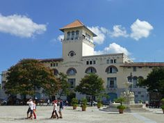 Terminal de Sierra Maestra y Fuente de los Leones en la Plaza de San Francisco de Asís, La Habana, Cuuba