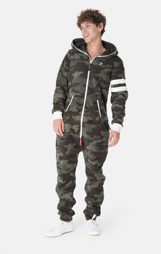 The perfect outfit to wear on a weekend at the ski: The Alps Camo Teddy jumpsuit! Mens Fashion Jumpsuit, Fashion Pants, Mens Cargo Jeans, Mens Onesie, Camo, Outfits Hombre, Lounge Wear, Cool Outfits, Onesies