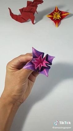 Instruções Origami, Origami Videos, Origami Bookmark, Paper Crafts Origami, Paper Snowflake Template, Creative Crafts, Diy Crafts, Origami Lotus Flower, Easy Arts And Crafts