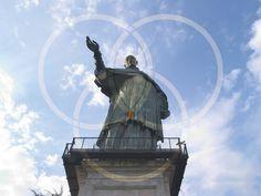 Sancarlun (San Carlone) di Arona, un colosso alto quasi 30 metri a guardia del lago Maggiore.