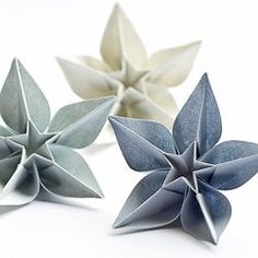 Origami Carambola Flowers by Carmen Sprung Aren't they just beautiful? Find out how to fold these origami flowers from a single sheet of paper, no glue needed! Origami Carambola Flowers -link to video tutorial by Carmen Sprung, long but includes how to fo Diy Paper Christmas Tree, Christmas Tree Ornaments, Christmas Crafts, Christmas Flowers, Origami Christmas Tree, Christmas Trimmings, Scandinavian Christmas Decorations, Christmas Stars, Xmas Trees