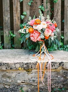 Spring garden wedding ideas | Photo by Sarah Hannam | Read more -  http://www.100layercake.com/blog/wp-content/uploads/2015/03/Spring-garden-wedding-ideas