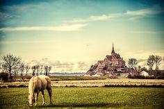La isla abadía medieval accesible según las mareas en Francia (Mont Saint Michel)