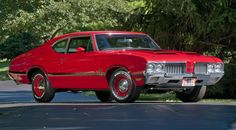Hello, gorgeous! '70 Olds 4-4-2. One of my favourites, though it sadly doesn't get as much love as other classic muscle cars.