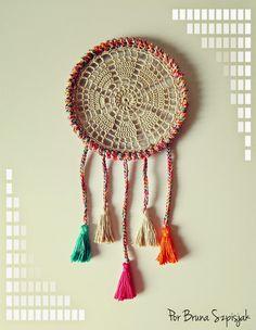 Com os fios Charme, inspiração é o que não falta. Faça um lindo Filtro dos Sonhos de Crochê utilizando um bastidor e sobras de fios. Segun...