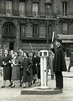 L'agent de Ville Paris 1955 (et les oies) © Maurice Bonnel